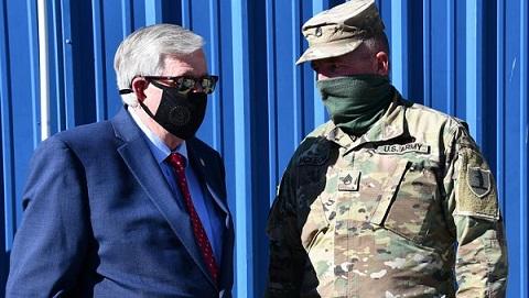 密蘇里州州長Mike Parson視查國民警衛隊負責的新冠病毒檢測點。