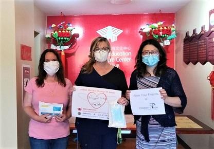 圖為張雯(右一)代表國際兒童希望基金會在去年新冠病毒疫情期間多次參與聖路易華人社區捐口罩公益活動。