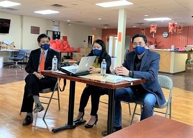 (左起)聖路易現代中文學校總校長黃穎文,聖路易華助中心理事劉敏,主任朱一民