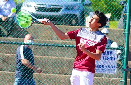 曾詠凱在2021年5月12日(星期三)在聖路易南派克衛Parkway South高中進行的第3級2區男子網球錦標賽的第二場雙打比賽中一次凌空抽射回擊。(相片: STLhighschoolsports.com)